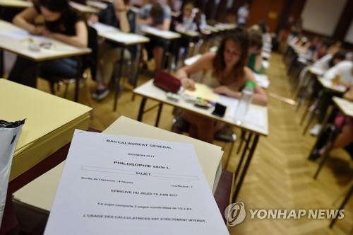 바칼로레아 응시한 프랑스 고교생들 [AFP=연합뉴스 자료사진]