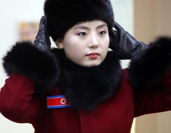 북한 응원단 여성이 7일 오후 강원도 인제로 이동하던 중 가평휴게소에 도착해 거울을 보며 모자 등 옷매무시를 단장하고 있다.[ 연합뉴스]