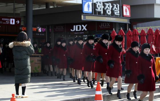 북한 응원단이 7일 오후 강원도 인제로 이동하던 중 가평휴게소에 도착해 휴식 시간을 가졌다. 응원단원들이 화장실에서 나와 줄맞춰 버스로 가고 있다. [연합뉴스]