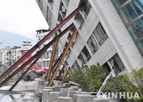 【화롄=신화/뉴시스】대만 동부 화롄(花蓮) 에서 8일 지진으로 인해 옆으로 기울어진 건물을 지지대가 받치고 있다.  2018.2.8
