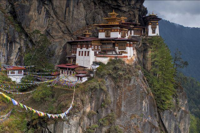 부탄을 상징하는 건물 중 하나인 '탁상 곰파(Taktshang Goemna)' 사원. 해발 900m 높이의 절벽에 건축된 이 사원에는 부탄에 불교를 전한 파드마삼바바가 호랑이를 타고 와 머물렀다는 전설이 전해진다. 플리커 제공
