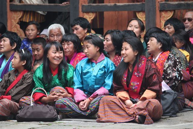 부탄의 아이들. 남자아이들은 '고(Gho)', 여자아이들은 '키라(Kira)'라는 전통의상을 입고 있다. 플리커 제공