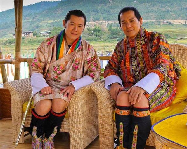 5대 국왕인 지그메 케사르 남기엘 왕축(왼쪽)과 4대 국왕인 지그메 싱계 왕축. 5대 국왕 페이스북 캡처.