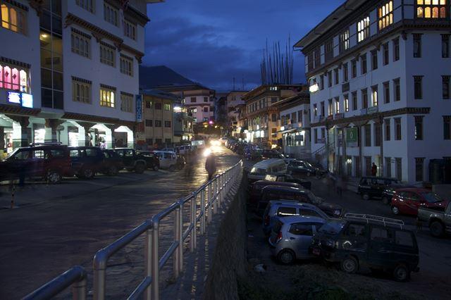 부탄 수도 팀부의 거리. 팀부는 수도인 만큼 다른 지역보다 발전이 빠르다. 플리커 제공
