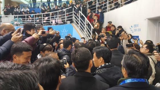 아베 총리를 보기 위해 몰려든 관중. 강릉=김원 기자