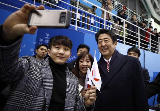 10일 관동하키센터에서 한국 팬과 셀카를 찍는 아베 신조 일본 총리. [AP=연합뉴스]