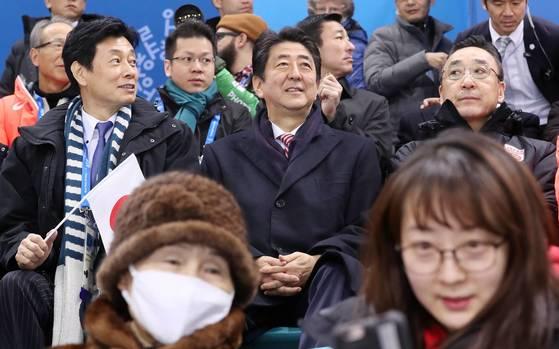 경기가 시작하자 일본 관중석에 자리잡은 아베 총리.[AP=연합뉴스]