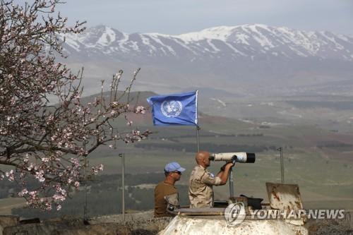망원경으로 이스라엘-시리아 접경지대 일대 지켜보는 유엔 [AFP=연합뉴스]