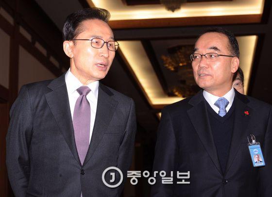 박재완 전 기획재정부 장관(오른쪽)의 2012년 모습. 왼쪽은 이명박 전 대통령. [중앙포토]