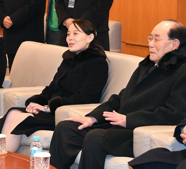 김정은 여동생 김여정(왼쪽)과 김영남 최고인민회의 상임위원장(오른쪽)/연합뉴스