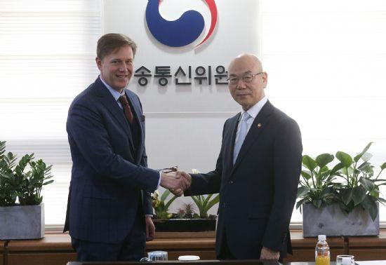 최근 케빈 마틴 페이스북 부사장과 만난 이효성 방통위원장.