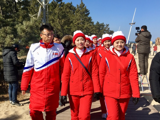 북한 응원단이 13일 낮 강릉 경포해변을 산책하고 있다.