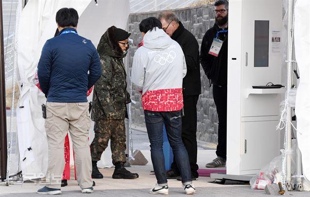 평창동계올림픽 개막을 앞둔 지난 5일 민간 보안요원들이 노로바이러스에 집단 감염됐다. 사진은 이날 오후 강원 강릉아이스아레나 입구에서 대체 투입된 군인력이 보안검사를 하는 모습. 김주영 기자