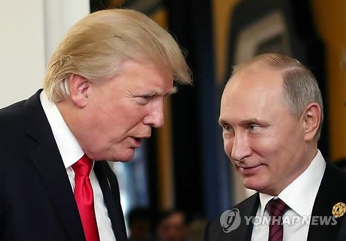 """푸틴, 트럼프에 """"美 도움으로 테러 분쇄"""" 감사 전화 (모스크바 EPA=연합뉴스) 블라디미르 푸틴 러시아 대통령(오른쪽)과 도널드 트럼프 미국 대통령이 지난해 12월 11일(현지시간) 베트남 다낭에서 열린 아시아태평양경제협력체(APEC) 정상회의에서 대화를 나누고 있다. 러시아 언론은 17일 푸틴 대통령이 이날 트럼프 대통령에게 전화해 러시아 상트페테르부르크에서 일어날 뻔한 대형 테러를 미국 중앙정보국(CIA)의 도움으로 막아낸 데 대해 감사의 뜻을 표했다고 보도했다.      ymarshal@yna.co.kr"""