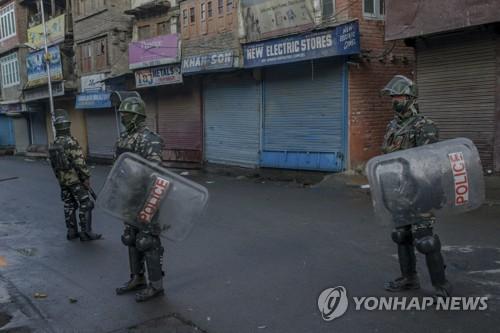 13일 인도령 카슈미르 스리나가르에서 전투경잘이 거리에 배치돼 있다.[AP=연합뉴스]