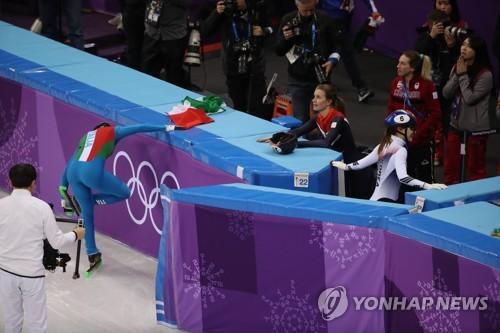 [올림픽] 경기장 나서는 최민정 (강릉=연합뉴스) 박동주 기자 = 13일 오후 강릉 아이스아레나에서 열린 2018 평창동계올림픽 쇼트트랙 여자 500m 결승에서 한국 여자 쇼트트랙 대표팀의 최민정이 경기를 마치고 경기장을 나서고 있다. 최민정은 이탈리아의 아리아나 폰타나에 이어 2위로 결승선을 통과했지만, 캐나다의 킴 부탱과의 접촉으로 인해 실격당했다. 2018.2.13      pdj6635@yna.co.kr