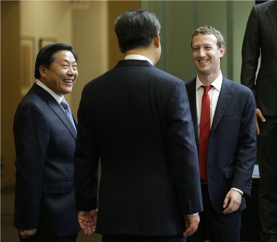 시진핑 중국 국가주석(가운데)과 마크 저커버그 페이스북 최고경영자(CEO)가 지난 2015년 9월23일 미국 워싱턴주 레드먼드의 마이크로소프트 본사에서 열린 제8회 '미·중 인터넷 산업 포럼'에서 만나 이야기를 나누고 있다. 왼쪽에 서 있는 인물이 바로 루웨이 당시 국가인터넷정보판공실 주임이다. [사진=AP연합]