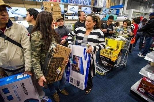 미국 소비자들이 블랙 프라이데이 기간에 쇼핑을 즐기는 모습 / 조선DB
