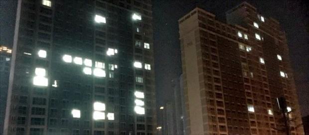 지난달 준공한 경남 창원시 성산구의 한 아파트 단지 내 80% 가까운 가구에 불이 꺼져 있다. 창원=김해연 기자 haykim@hankyung.com