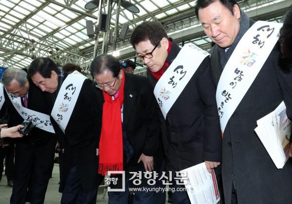 홍준표 대표 등 자유한국당 지도부가 14일 오전 서울역 KTX 플랫폼에서 귀성객들에 설 인사를 하고 있다. 권호욱 기자