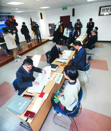 6·13 전국동시지방선거 예비후보자 등록 첫 날인 13일 오전 제주도지사 예비후보 관계자들이 제주도선거관리위원회를 방문해 서류를 접수하고 있다. 뉴시스