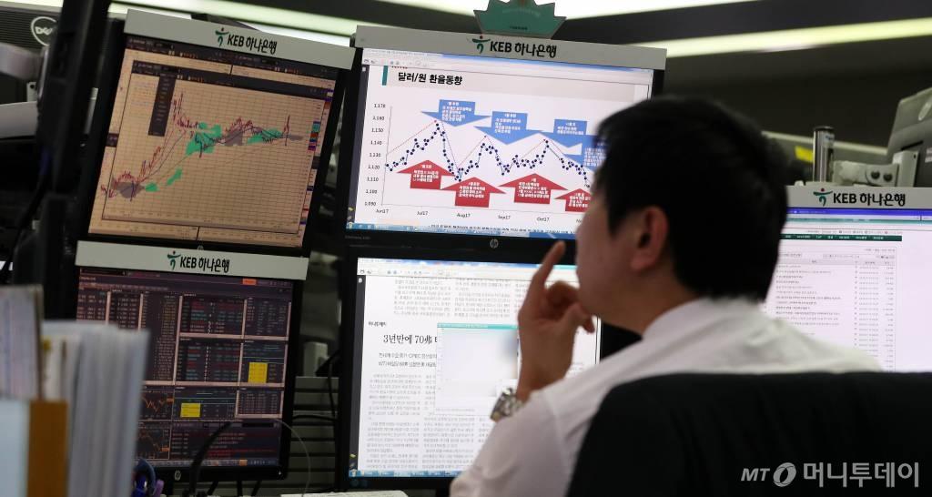 16일 오전 서울 중구 KEB하나은행 딜링룸에서 딜러가 환율 동향을 살펴보고 있다./사진제공=뉴시스