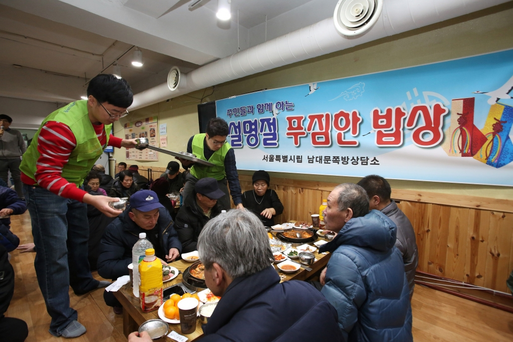 14일 현대엔지니어링 임직원들이 서울 남대문 쪽방촌을 방문해 주민들에게 떡국, 과일 등 명절음식을 대접하고 있다. /사진제공=현대엔지니어링