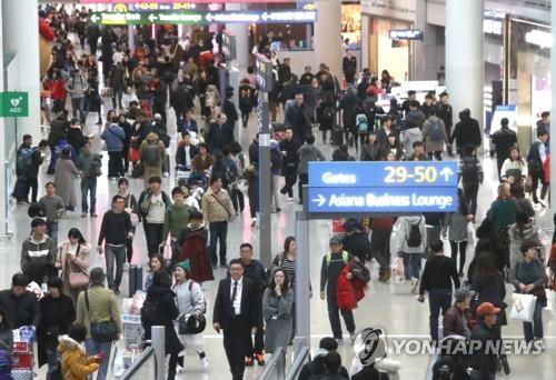 설 연휴 해외로 나가는 여행객들 (영종도=연합뉴스) 정하종 기자 = 14일 오전 여행객들이 인천공항을 통해 해외로 나가고 있다. 올해 설 연휴 기간 승객들이 14∼15% 증가할 것으로 보인다.     chc@yna.co.kr