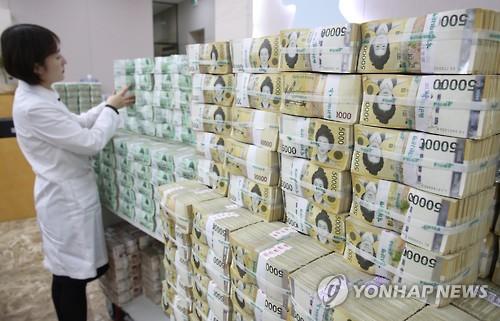 원화를 정리하는 은행 직원 [연합뉴스 자료사진]