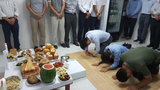 GS건설 싱가포르 현장 직원들이 명절을 맞이해 차례를 지내고 있다/자료제공=GS건설© News1