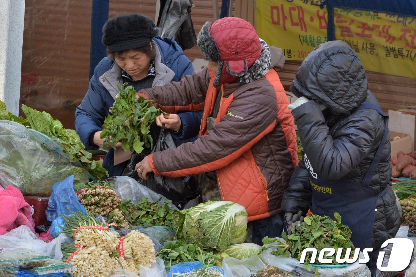 설 연휴를 앞둔 12일 오후 한 전통시장에서 상인들이 제수용품을 팔고 있다.(사진 속 시장과 인물은 기사 내용과 무관함.) 2018.2.12/뉴스1 © News1 최창호 기자
