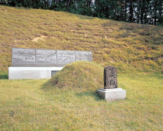 경북 구미의 의구총은 350여 년 전 들불에서 주인을 구하고 목숨을 잃은 충직한 개의 무덤이다.