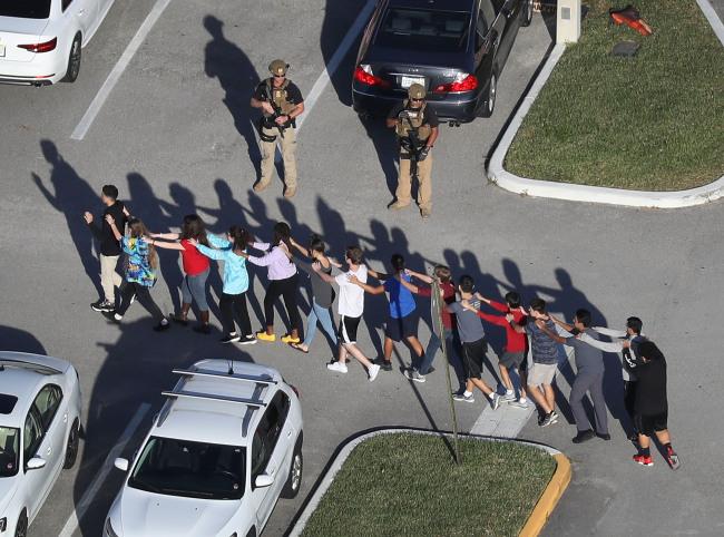 14일 미국 플로리다 마조리 스톤맨 더글라스 고등학교에서 총기난사 사건이 일어난 직후 학생들이 줄지어 대피하고 있다.[사진제공=연합뉴스]