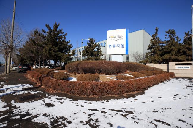 설을 앞둔 13일 오전 폐쇄가 결정된 제네럴모터스(GM) 전북 군산 공장 입구가 한적한 모습을 보이고 있다. [사진제공=연합뉴스]