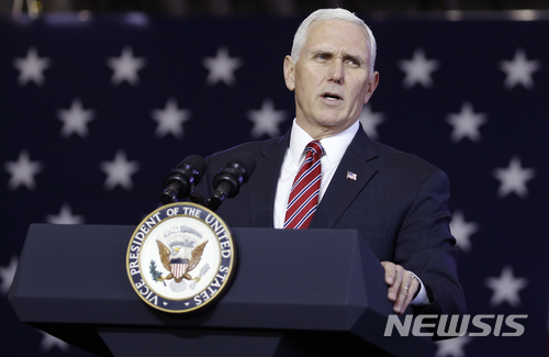 【훗사=AP/뉴시스】마이크 펜스 미국 부통령이 8일 일본 도쿄 인근 훗사에 있는 요코타 미 공군기지에서 연설하고 있다. 그는 14일 미 액시오스와의 인터뷰에서 북한이 핵을 포기할 때까지 대북 제재는 해제되지 않을 것이라고 말했다. 2018.2.15