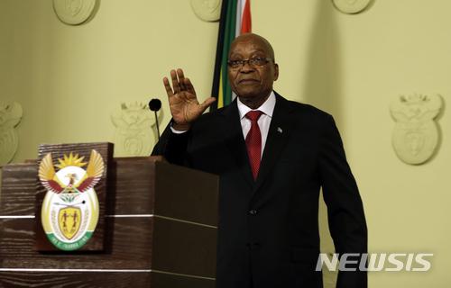 【프리토리아(남아공)=AP/뉴시스】제이컵 주마 남아공 대통령이 14일 남아공 프리토리아의 정부청사에서 연설하고 있다. 집권 아프리카민족회의(ANC)의 48시간 내 사퇴 최후통첩을 거부할 것이라고 시사했던 주마 대통령은 결국 시한을 1시간도 채 안 남기고 사퇴를 발표했다. 그의 사퇴는 즉각 효력을 갖는다. 2018.2.15