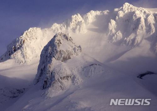 【가머먼트캠프 ( 미 오리건주) = AP/뉴시스】 등산객 추락 사고가 난 미 오리건주의 후드산 정상 부근.  2월13일 이곳에서는 강풍으로 쌓인 눈이 날리고 얼음이 쪼개져 추락사고가 발생했다.