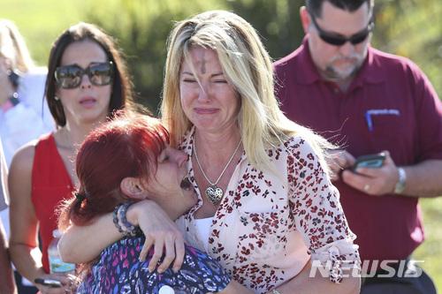【파크랜드(미 플로리다주)=AP/뉴시스】미 플로리다주 남부 파크랜드의 매저리 스톤맨 더글러스 고등학교에서 14일 오후(현지시간) 총격 사고가 발생해 다수의 사상자가 발생한 가운데 학교로 모여든 학부모들이 초조하게 자식들의 안부를 기다리고 있다. 총격범은 체포된 것으로 전해졌지만 그의 신원과 정확한 희생자 수도 알려지지 않고 있다. 2018.2.15