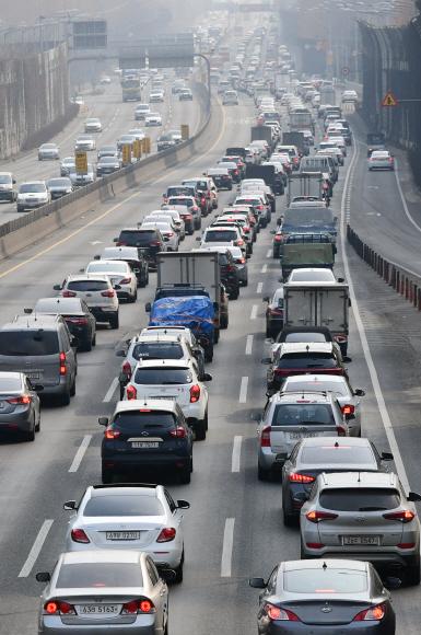 설 연휴 전날인 14일 서울 잠원IC 인근 경부고속도로 하행선이 귀성차량으로 붐비고 있다. 정연호 기자 tpgod@seoul.co.kr