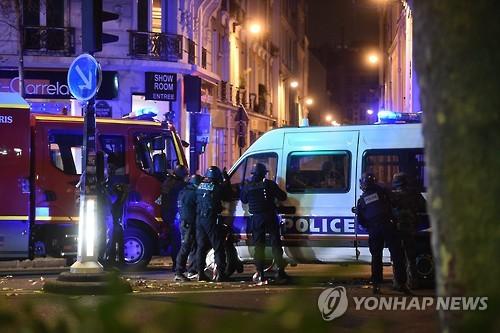 2015년 11월 파리 연쇄테러 당시 출동한 경찰들 [EPA=연합뉴스 자료사진]