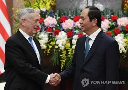 쩐 다이 꽝 베트남 국가주석(오른쪽)이 1월 25일 제임스 매티스 미 국방부 장관의 예방을 받으며 악수하는 모습[AFP=연합뉴스]