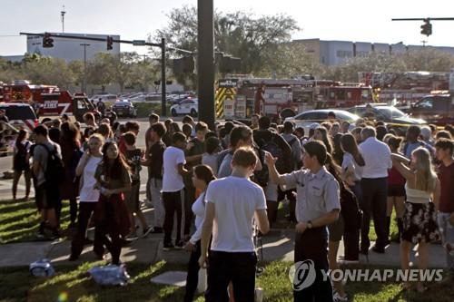 14일(현지시간) 미국 플로리다 주 파크랜드에 위치한 마조리 스톤맨 더글러스 고교에서 총기 난사 사건이 벌어져 대피하고 있는 학생들 [AP=연합뉴스]
