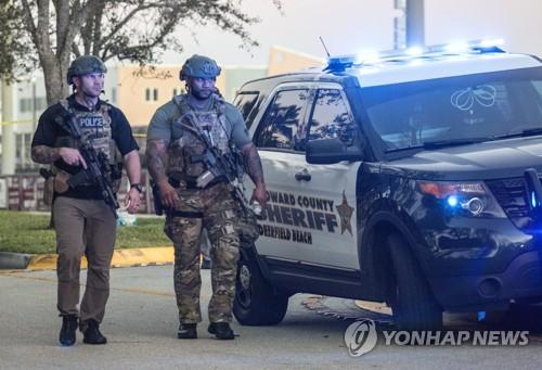 14일(현지시간) 미국 플로리다 주 파크랜드에 위치한 마조리 스톤맨 더글러스 고교에서 총기 난사 사건이 벌어져 현장을 통제하고 있는 미국 경찰특공대(SWAT) [EPA=연합뉴스]