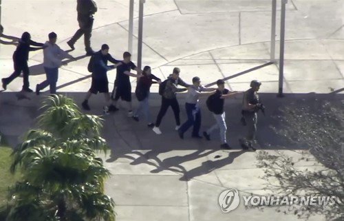 경찰에 이끌려 대피하는 학생들