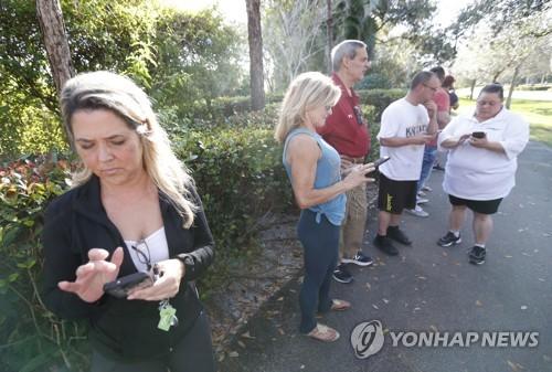 초조하게 학생들의 정보를 기다리는 가족들[AP=연합뉴스]