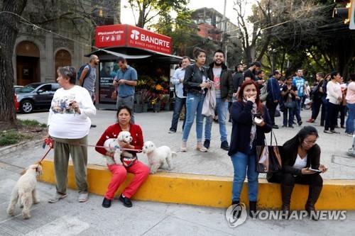거리로 뛰쳐나온 시민들[로이터=연합뉴스]