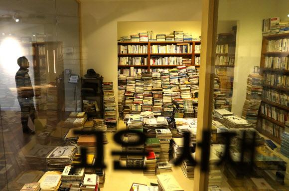 골칫거리 된 '만인의 방'…고은 석좌교수 물러나 - 20일 한 시민이 서울시청 도서관 3층에 설치된 '만인의 방'을 관람하고 있다. 고은 시인의 대표작인 '만인보'의 이름을 딴 '만인의 방'은 고 시인의 삶과 작품 세계를 담은 상설 전시 공간으로, 서울시는 최근 고 시인의 성추행 의혹이 불거지면서 공간 운영을 두고 고심에 빠졌다. 한편 고 시인은 지난 15일 단국대 석좌교수직에서 물러나겠다는 뜻을 밝힌 것으로 알려졌다. 연합뉴스
