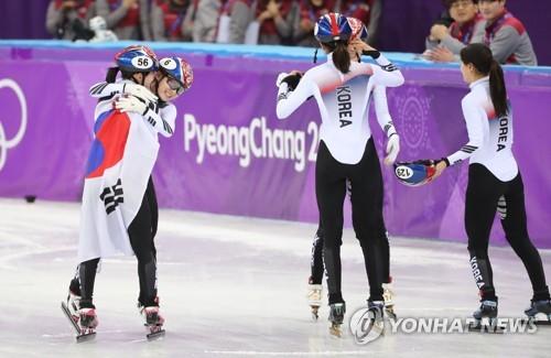 [올림픽] 환호하는 한국 대표팀 (강릉=연합뉴스) 김인철 기자 = 20일 강릉아이스아레나에서 열린 평창동계올림픽 여자 쇼트트랙 3,000m 계주에서 한국 선수들이 1위로 결승선을 통과해 기뻐하고 있다. 2018.2.20        yatoya@yna.co.kr