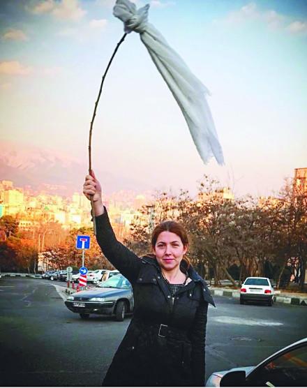 아랍권 각 지역에서 자신의 권리를 주장하는 여성들의 목소리가 높아지고 있다. 각자가 방법은 다르지만 남성 중심 사회의 억압에 더욱 활발히 저항하는 모습이다. 히잡을 쓰도록 강제하는 이란 정부에 저항하는 의미로 흰색 히잡을 벗어 치켜든 여성. AP신화뉴시스