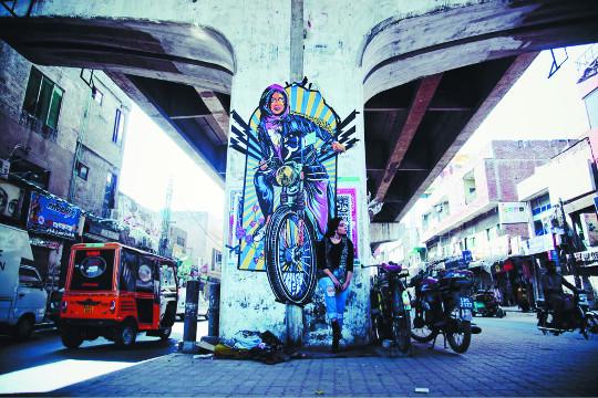 파키스탄의 페미니스트 디자이너 셰흐질 말리크가 라호르 시내에 그린 벽화. AP신화뉴시스